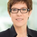 Annegret Kramp-Karrenbauer, CDU, Ministerpräsidentin des Saarlandes, ist gegen die Ehe für alle. Ehe versteht sie als Gemeinschaft von Mann und Frau.